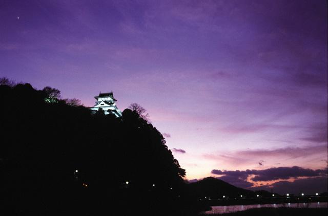 夕暮れ時の犬山城.JPG
